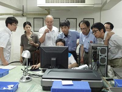 長沙簡牘博物館の整理室にて。左から三人目が宋少華教授。