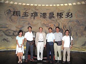 写真1 学術調査参加メンバー(湖南省博物館にて)