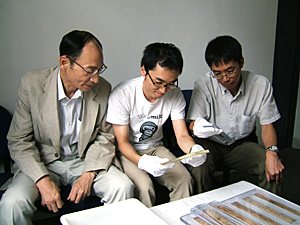 写真5 里耶秦簡の実見(左から浅野裕一、福田一也、竹田健二)