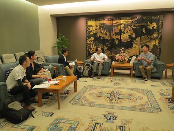 上海博物館での会談、右端が葛亮氏
