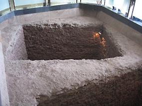 写真B 銀雀山漢墓廳 奥が銀雀山一号漢墓、手前が二号漢墓の墓坑
