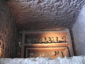 写真C 復元された銀雀山一号漢墓の墓坑と棺棺郭