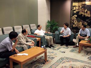 写真22 濮茅左先生(中央)との会見