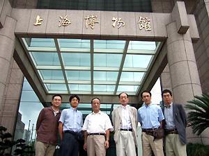 写真23 濮茅左先生と研究会メンバー