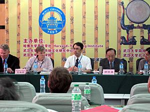 写真3 研究発表:湯浅邦弘(中央)   右隣は郭斉勇教授