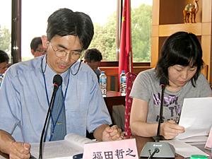 写真4 研究発表:福田哲之(左)、通訳:崔美英(右)