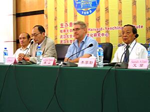 写真6 開会スピーチ:浅野裕一(左から二番目)、<br />右端は李学勤教授